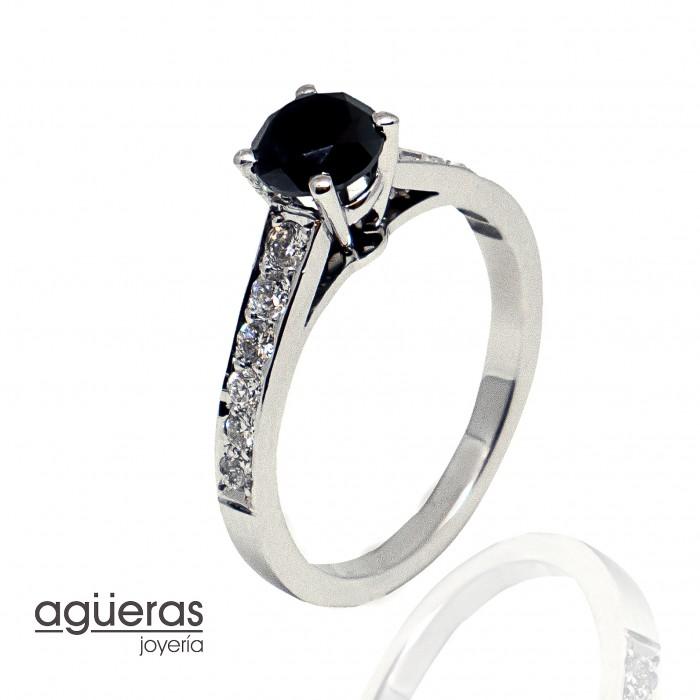 Anillo oro y diamantes negro y blancos