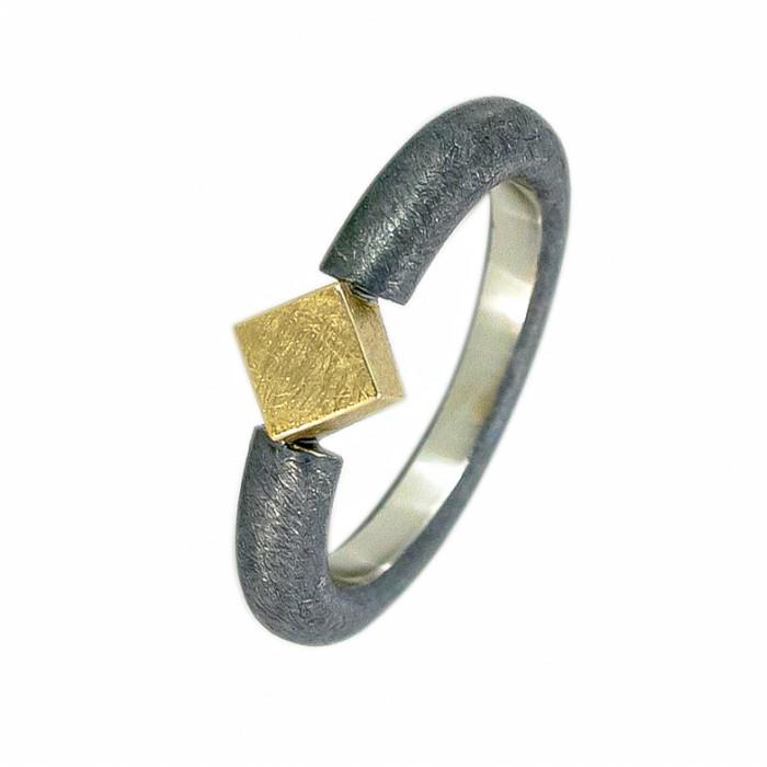 Anillo plata oxidada y cubo en oro