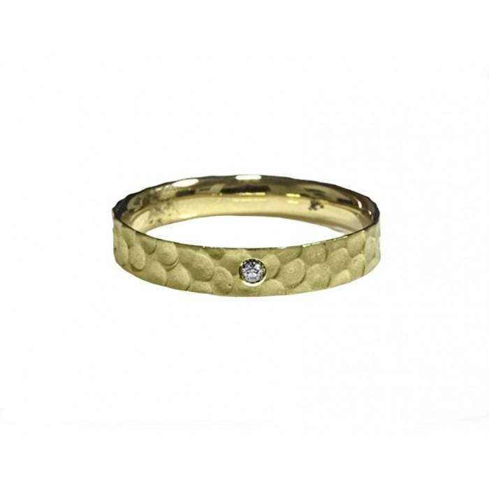 Alianza oro amarillo mate con textura y diamante